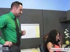 Bemuskelte Chefin zerschmettert Peta Jensen in einem Büro und ist verrückt nach ihren Panzerfäusten