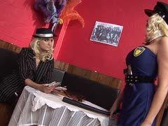 Lesbensex Im Büro Mit Eine Umschnalldildo